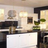 белый кухонный гарнитур с черной каменной глянцевой столешницей