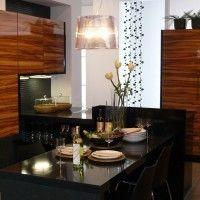 глянцевая кухня зебрано с черной каменной столешницей