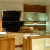 кухня с островом с мойкой и стеклянной барной стойкой
