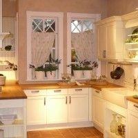 белая кухня в классическом стиле с простыми фасадами
