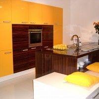желтая кухня-остров комбинированная с зебрано