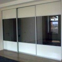 встроенный черно-белый шкаф купе 3 двери