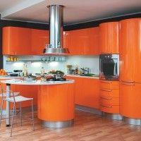 оранжевая кухня с радиусными фасадами