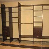 длинная узкая гардеробная комната