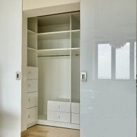 небольшая гардеробная комната с дверями купе