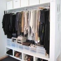 маленькая открытая гардеробная в спальне
