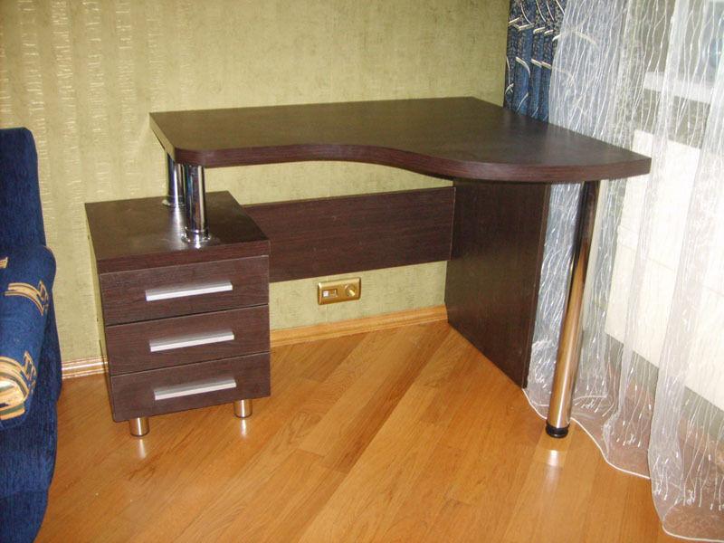Индивидуальные компьютерные столы.