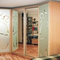 угловой корпусной шкаф-купе с пескоструйным рисунком и зеркалом