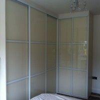 угловой шкаф-купе в спальню с матовым стеклом