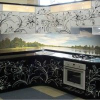 черно-белый кухонный гарнитур фотопечать на фасадах и фартуке