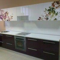 фотопечать цветы на глянцевых белых фасадах кухни