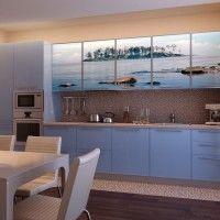 голубой кухонный гарнитур с фотопечатью на фасадах море