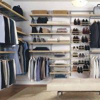 большая гардеробная комната с ковром и пуфиком