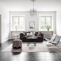белая комната с темным полом