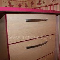 розовый стол в детскую