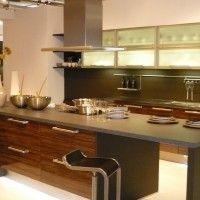 кухня зебрано с большим островом в качестве обеденной зоны