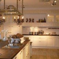 большая белая кухня в классическом стиле с простыми фасадами