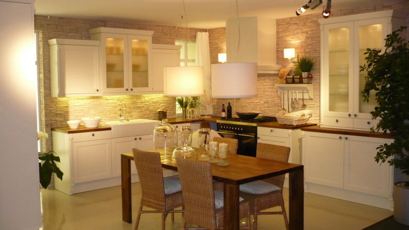 белая кухня в классическом стиле с простыми матовыми фасадами