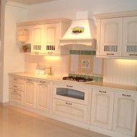 прямая классическая белая кухня с вытяжкой