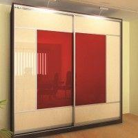прямой шкаф-купе с двумя красно-белыми дверями из стекла с пленкой