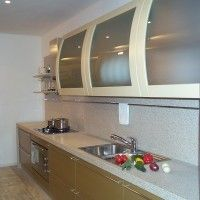 прямая кухня с гнутыми фасадами