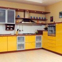 угловой кухонный гарнитур с желтыми фасадами из пластика