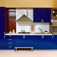 угловой кухонный гарнитур с синими глянцевыми фасадами