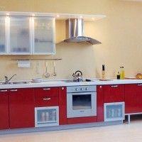 прямой кухонный гарнитур с красными фасадами и подсветкой