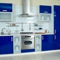 кухонный гарнитур с синими фасадами и встроенным холодильником