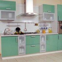 кухонный гарнитур с зелеными фасадами и встроенной духовкой