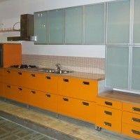 оранжевый кухонный гарнитур с фасадами из матового стекла