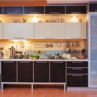 прямая кухня с коричневыми фасадами из пластика и стеклянным пеналом