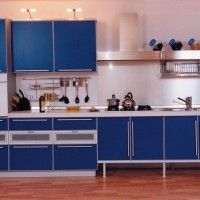 прямая кухня с синими фасадами из пластика в алюминиевой рамке