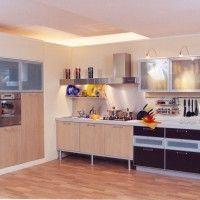 комбинированная кухня с квадратными шкафами и стеклянными фасадами