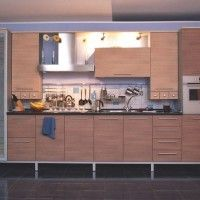 кухня с фасадами из ЛДСП и встроенной духовкой