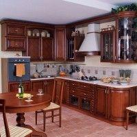 темная кухня в классическом стиле с радиусными фасадами