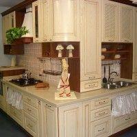 светлая угловая кухня в классическом стиле с радиусным фасадом
