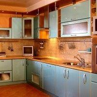 угловая кухня с глянцевыми голубыми фасадами и подсветкой