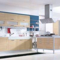 светлый кухонный гарнитур с рамочными фасадами под дерево