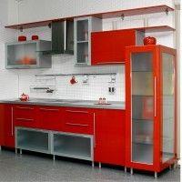 прямая красная кухня с матовым стеклом в рамке и пеналом