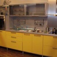 желтая кухня со столешницей металлик