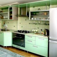маленький зеленый кухонный гарнитур со столешницей металлик
