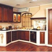 угловая классическая кухня со встроенным холодильником