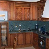 классическая кухня с зеленой столешницей и стеновой панелью