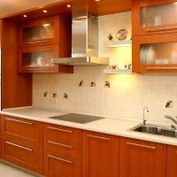 кухня с рамочными фасадами и встроенной техникой