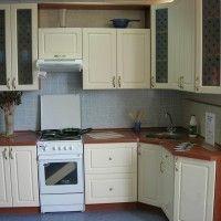 белый угловой кухонный гарнитур с матовым стеклом