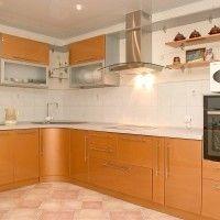 угловая оранжевая кухня с радиусными фасадами