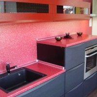 серая кухня с розовой столешницей и стеновой панелью
