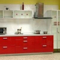 прямая красная кухня фасады пластик стекло