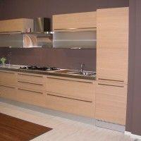 светлый прямой кухонный гарнитур со встроенным холодильником